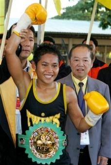 Siriporn winning her WBC title.